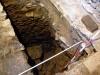 Studna pod podlahou stavby na dvoře.