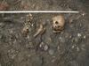 Lidské ostatky na dvoře muzea.